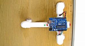 Urządzenie nasłuchujące pukania i otwierające drzwi w zależności od kodu.